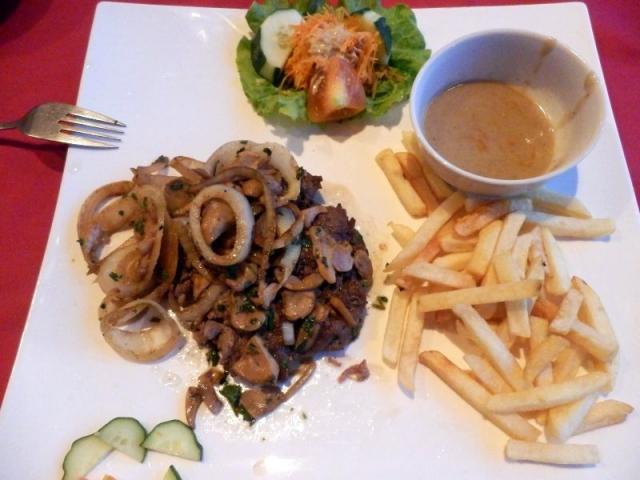 Steak mit Zwiebel, Pilzen und Pommes
