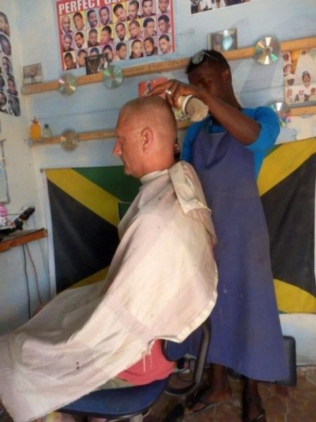 Haarschnitt in Gambia