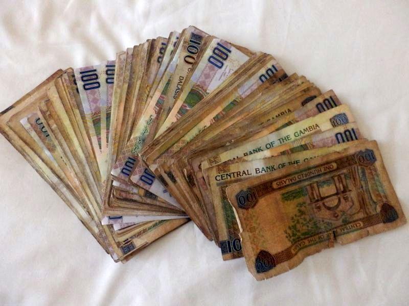 Junger Pinay braucht Geld