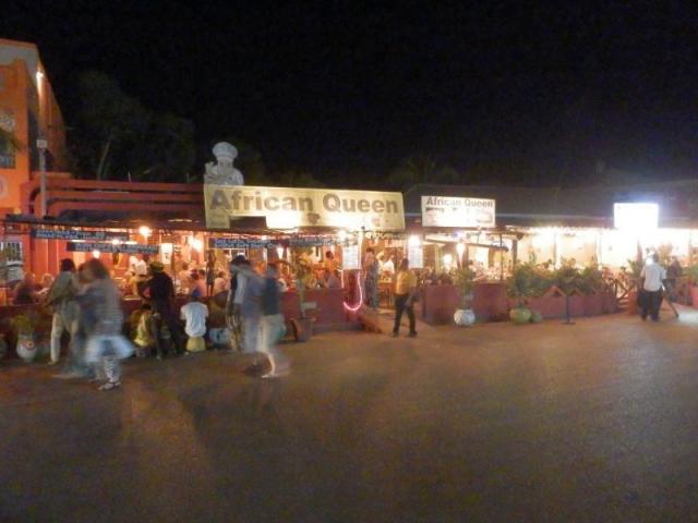 Serekunda Strip bei Nacht
