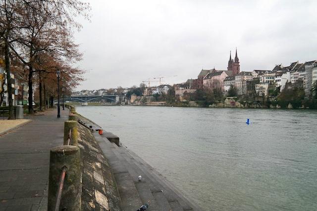 Basel Spaziergang am Rhein 01