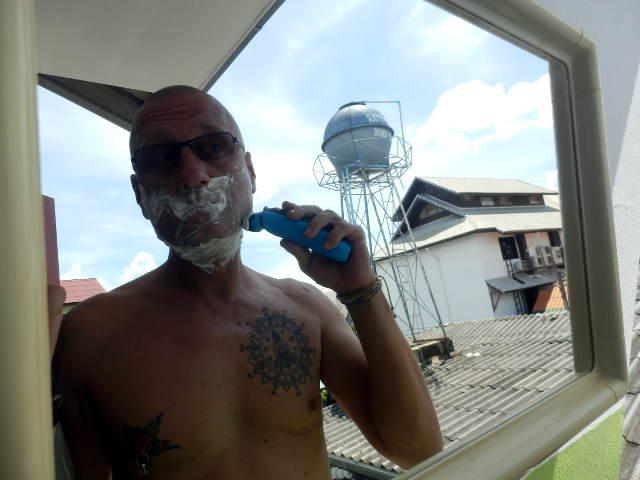 Bibo beim Rasieren mit dem Braun WaterFlex