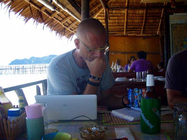 Bibo schreibt Reisebericht in Chumpon