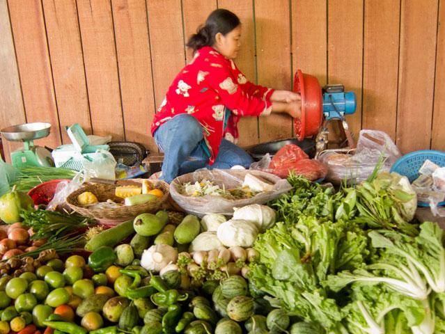Fahrradtour-in-Kambodscha_Marktfrau_SOMEWHERE_ELSE