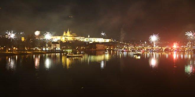 Feuerwerk-Karlsbruecke-Prag