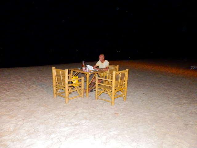 Bibo einsam am Strand auf Koh Lanta
