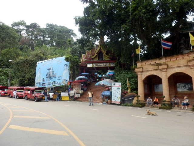 Eingangsbereich zum Wat Phra That Doi Sunthep